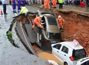 Four Cars Swallowed by Sinkhole in Ruijin, China (video)